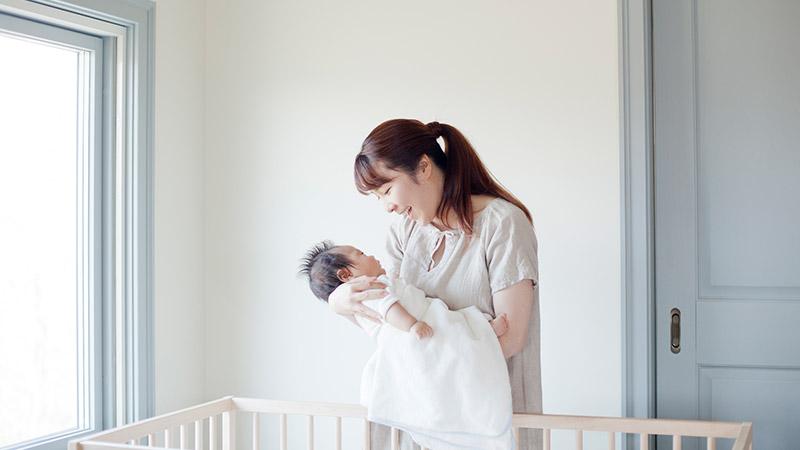 赤ちゃんを抱くお母さん